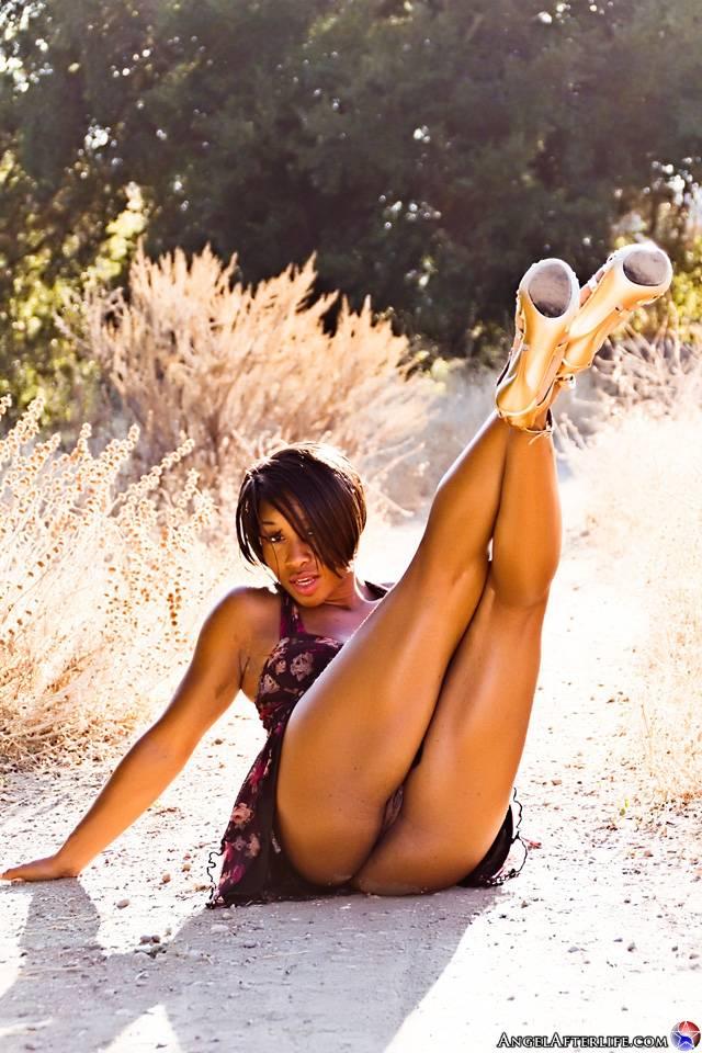 Похотливая черная милашка Imani Rose бесстыдно обнажает свою наготу под юбочкой
