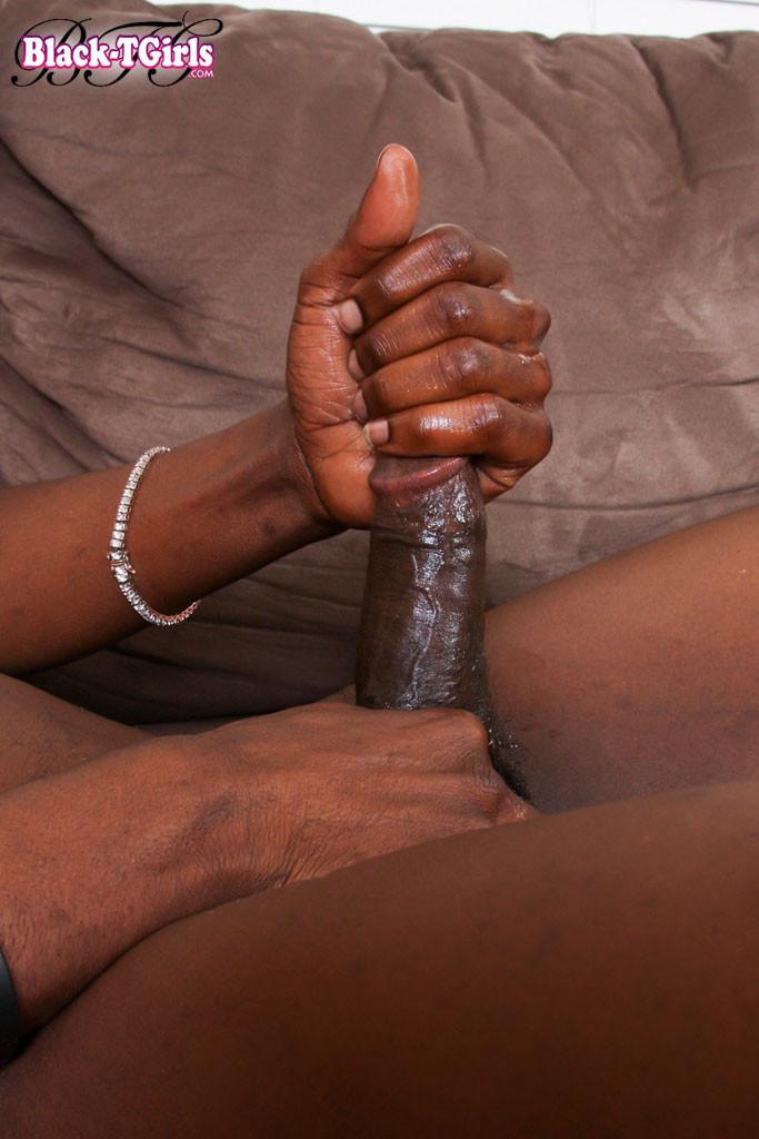 Совершеннолетней афро транс дрочит болт