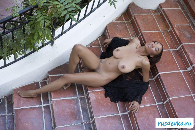 Соблазнительная девка показывает потрясающее тело