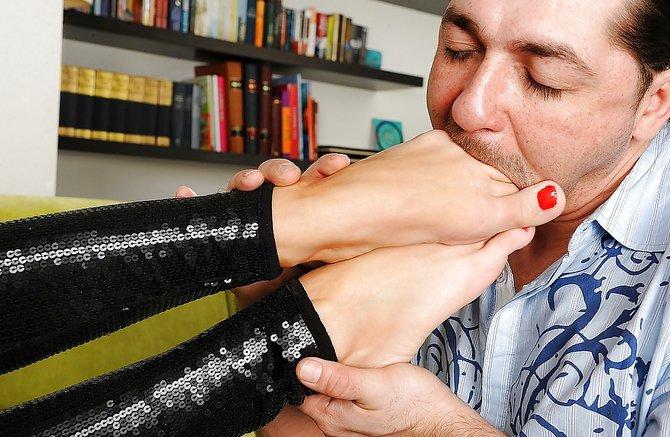 Деваха во время порки дергает писюн ножками