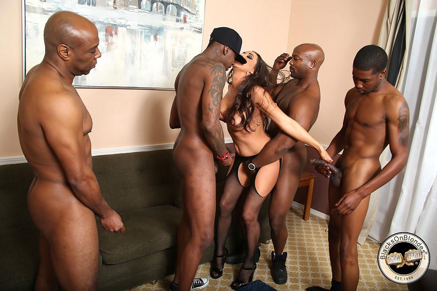 Титькастая Кейлин трахается с группой афроамериканцев