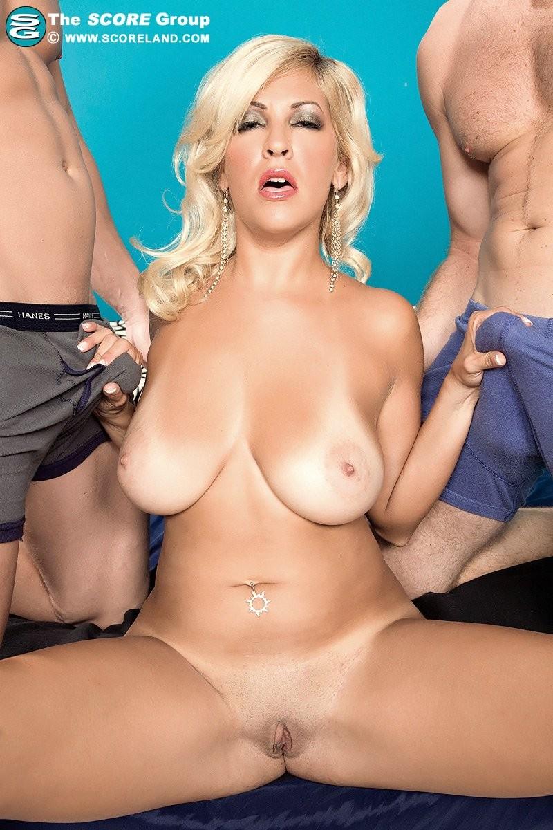 Опытная блондинка попадает в руки двоих возбужденных юных самцов и дает им себя жарить
