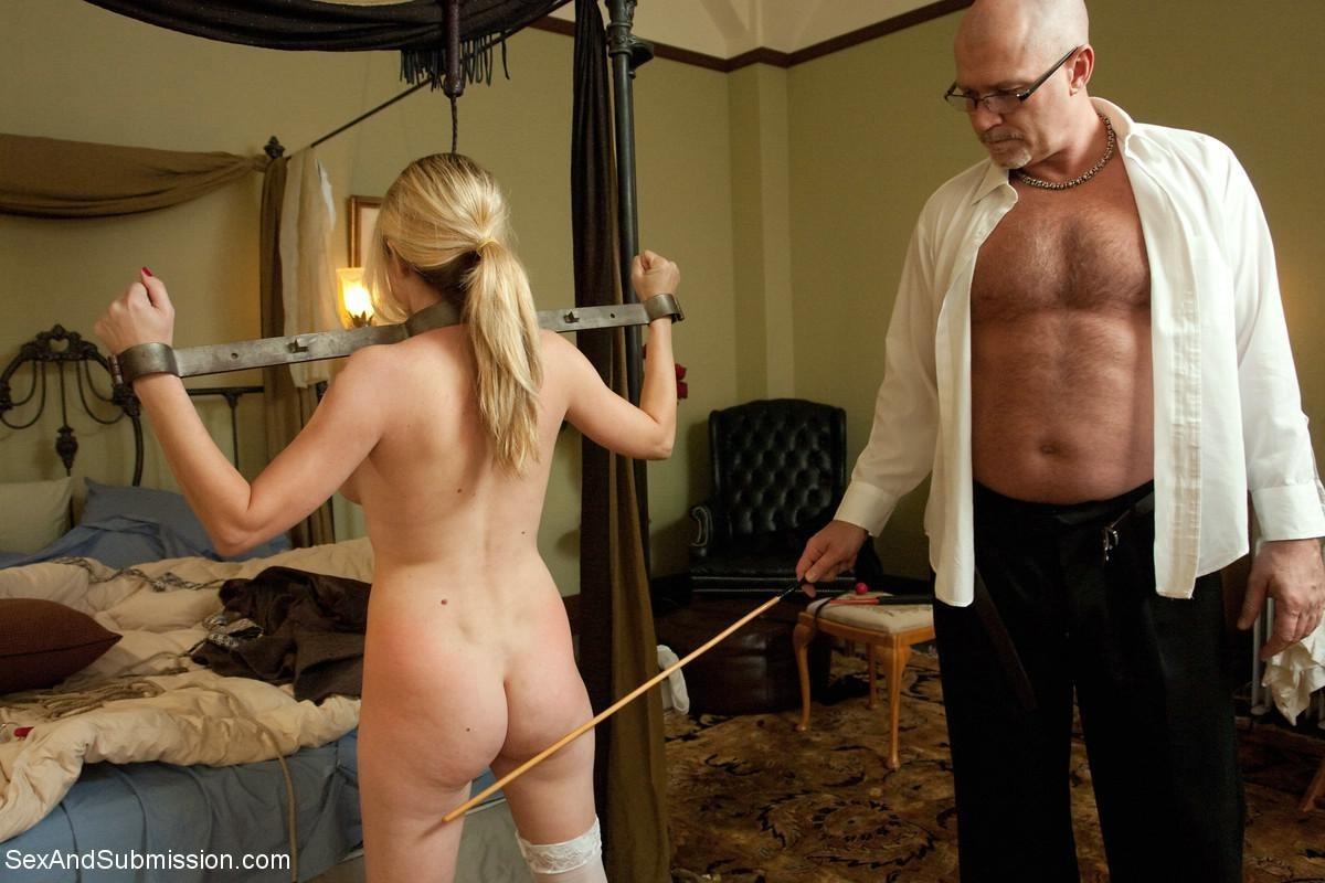 Убирая в гостинице у богатого самца, домохозяйка наталкивается на запретные аксессуары, за это он ее и наказывает