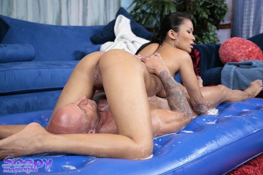 Азиаточка Priva принимает душ вместе с черным парнишкой и трогает его хуй