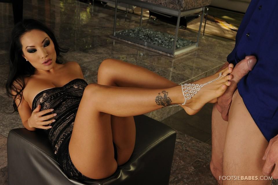 Извращенка-азиатка Аса Акира лежит с поднятыми ногами и дает члену ебать свои щёлки