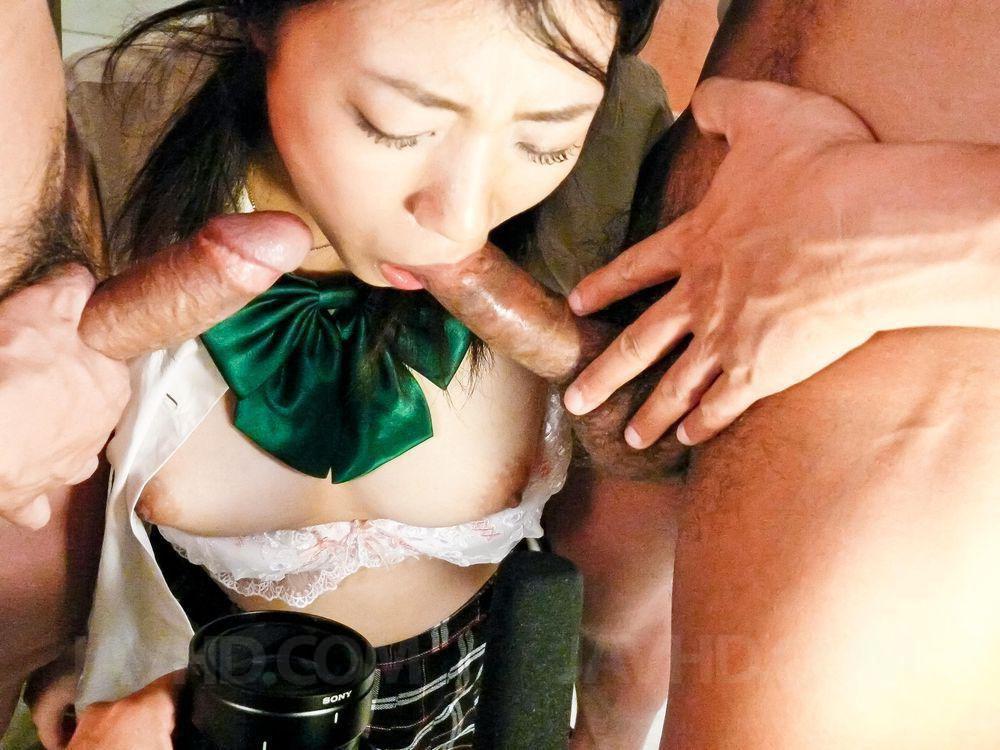 Мелкая азиаточка Yuri Hirayama берет в рот и получила твердый пенис в свою манду