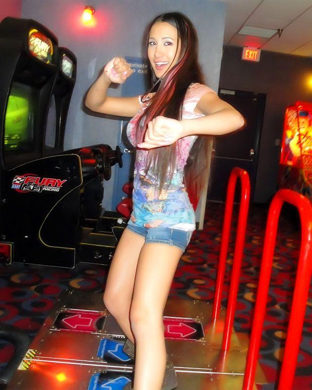 Молодая азиатская дама забавляется и огромный член