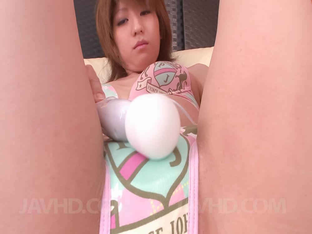 Похотливая девушка с узкими глазами Rei Sasaki стимулирует губки своей побритой пезды фаллоимитатором