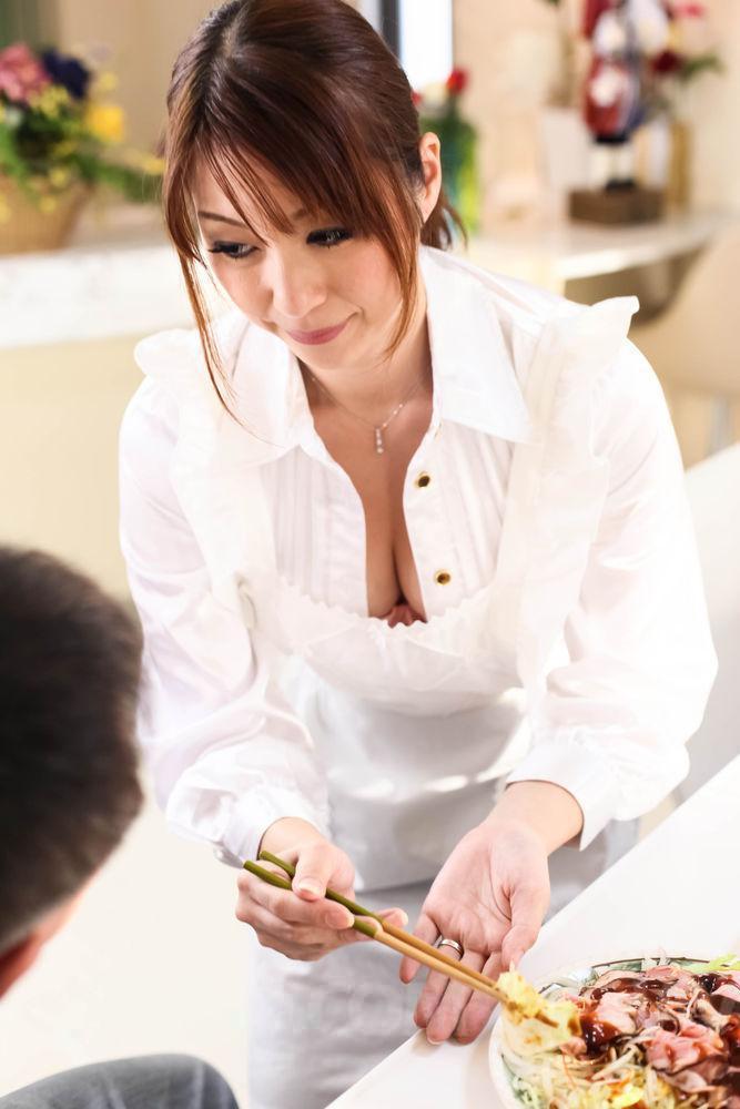 Горячая азиатская женщина Hitomi Araki массирует фаллос в домашних условиях