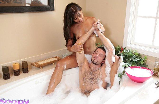 Подтянутая девушка делает мужчине секс массаж в душевой