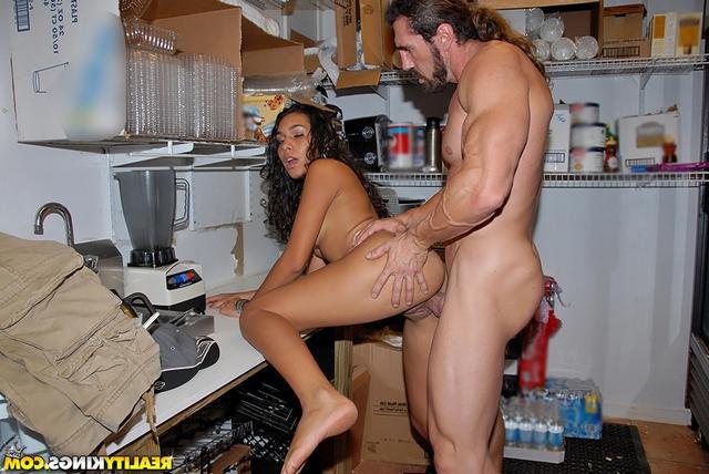 Активная брюнетка горячо занимается сексом с крутым любовником на кухне