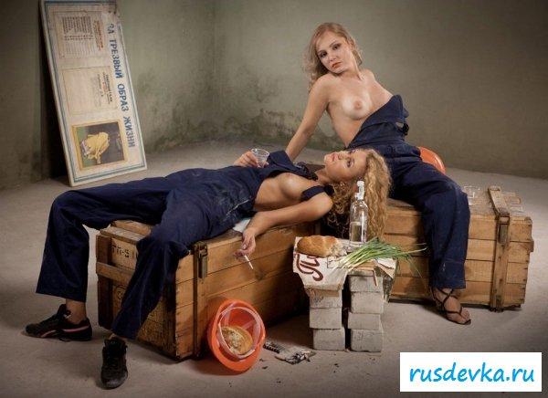 Девки делают ремонт с раздетой грудью