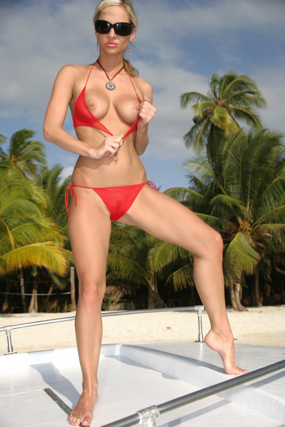 Большегрудая блондинка в очках Vanessa Cooper стаскивает красное бикини и наслаждается своей соблазнительной вагиной на открытом воздухе