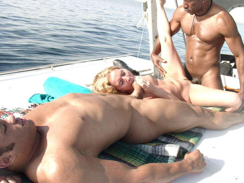 Негр трахнул шмару на яхте