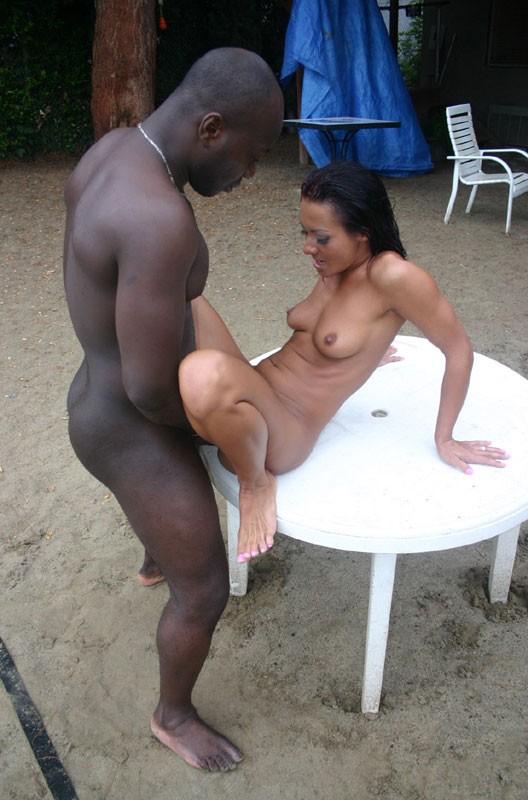 Сандра Ромен спускает свою красную, латексную одежду и наслаждается сексом в задницу с чернокожим пацаном у бассейна
