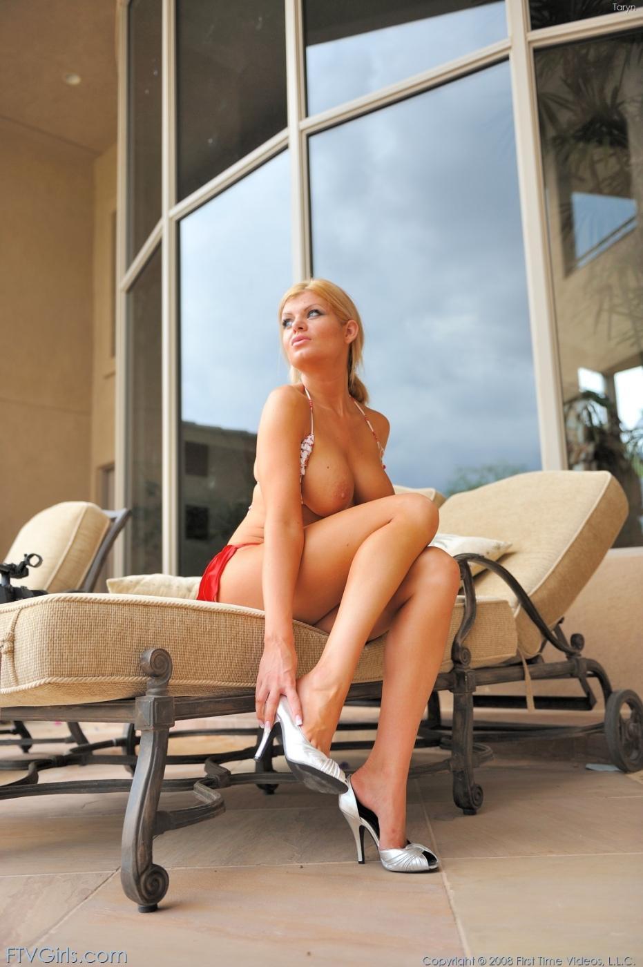 Taryn FTV и ее девушка обнажают громадные титьки и попки-яблочки у бассейна
