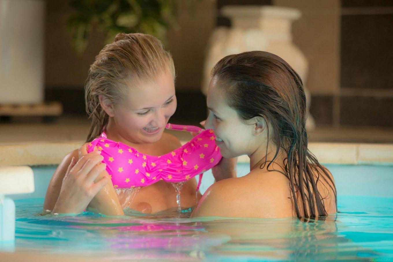 Темная кукла Jenny Appach балуется в бассейне с Cayla Lyons и берет в рот ее вагину