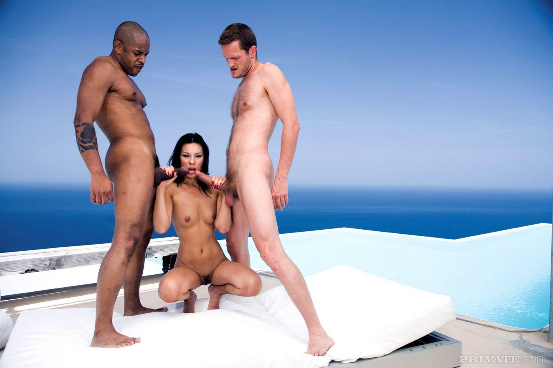 Vanessa Paradise поплавала в бассейне, а потом приняла черный и светлый фаллос в вульву и в попу