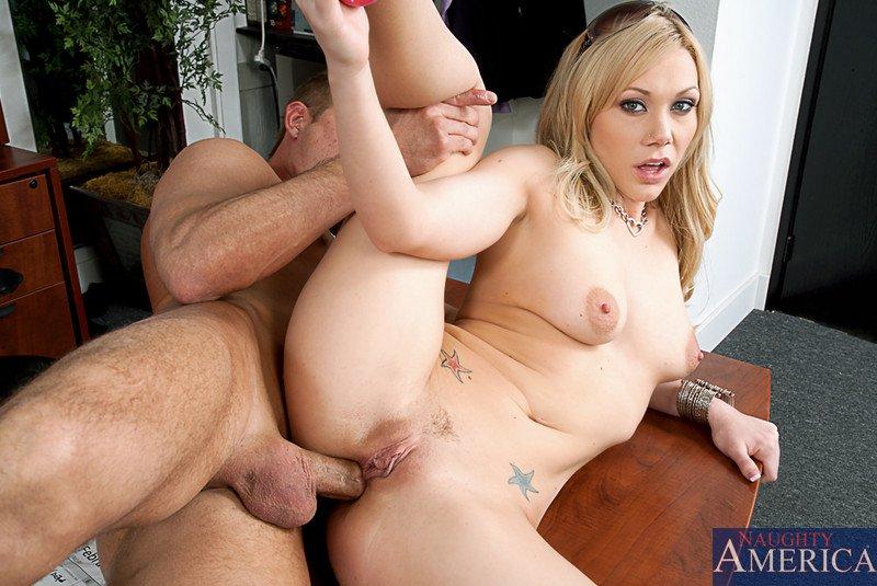 Шаловливая блондиночка Samantha Sin глубоко лижет длинный член и дает ему отжарить свою задницу в офисе