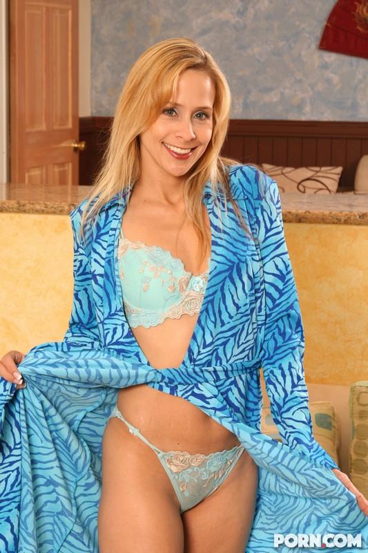 Блондинка-мамочка Peyton Leigh снимает синее белье и раскрывает свою письку
