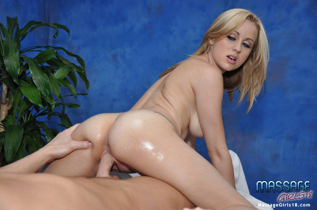 Светлая модель с побритой вульвой Mae Lynn сношается после своего самого первого массажа