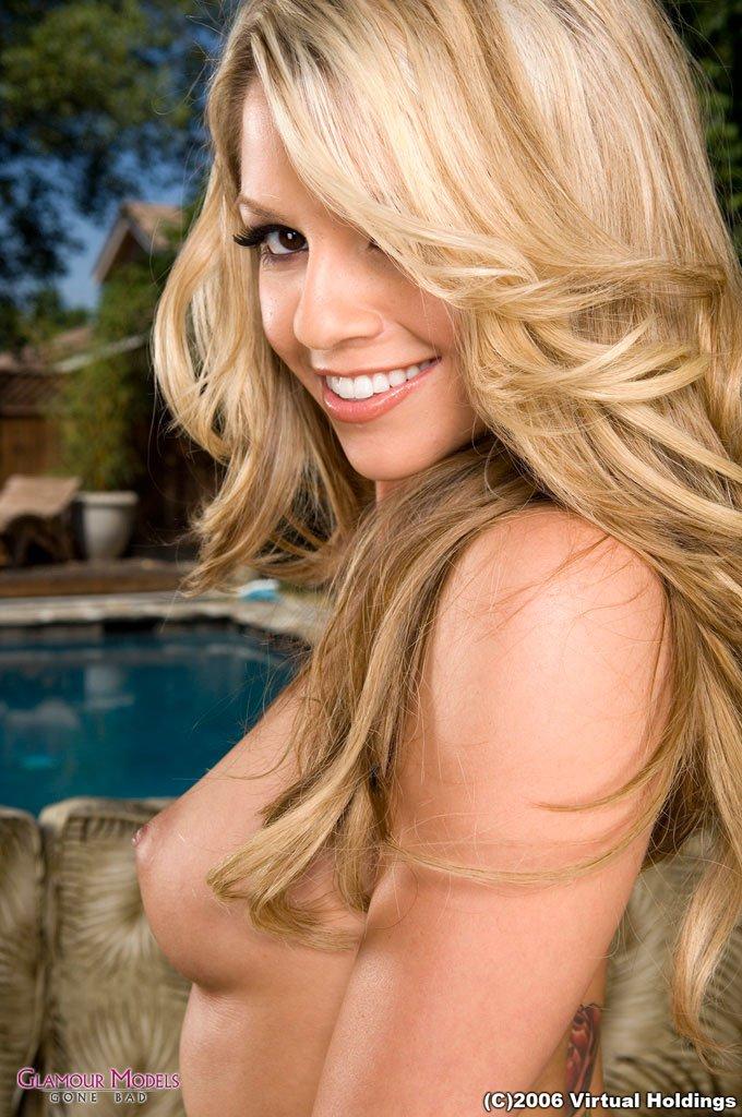 Блонди с великолепным торсом спускает свое сексапильное черное платье и сует игрушку в гладкую писю Знакомься