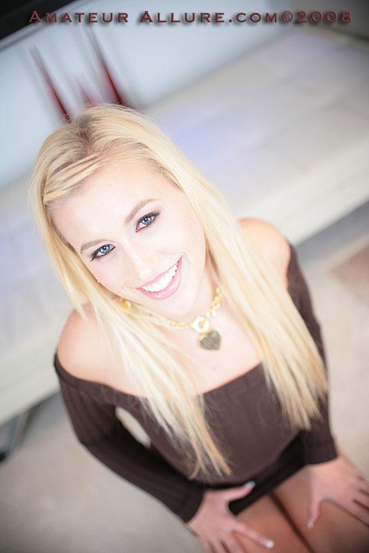 Грязная модель со свелыми волосами Megan Allure с радостью глотает семя