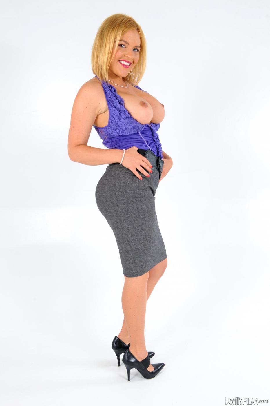Сисястая светловолосая девушка Крисси Линн спускает свой офисный костюм и снимается раздетой для тебя