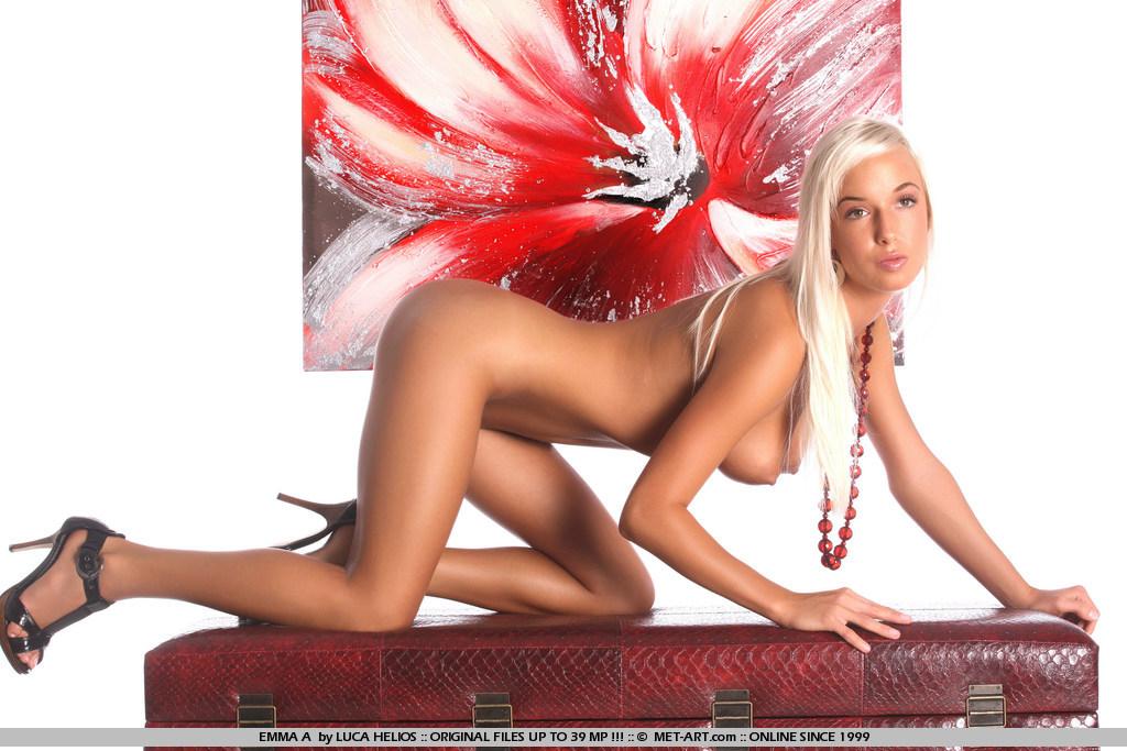 Чувственная блондиночка с соблазнтельными ногами и на каблуках Natali Blond показывает стриженную письку