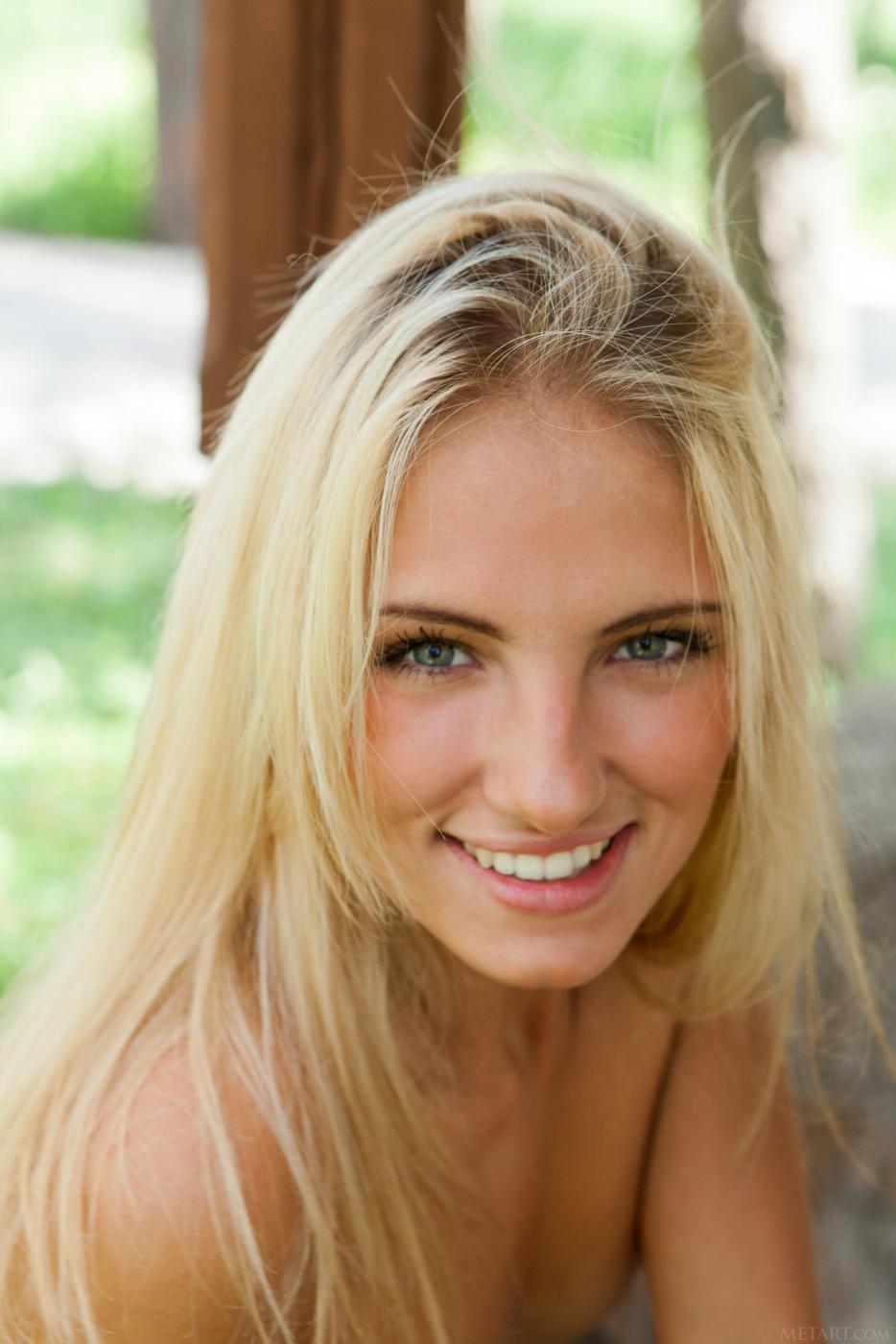 Jaime A - стройная светлая модель с красивой улыбкой и возбужденной промежностью, идеальной для сексуальных фото