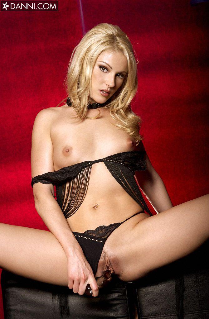 Красивая, нежная блондинка Samantha Ryan с маленькой грудью и бритой, узкой пиздой