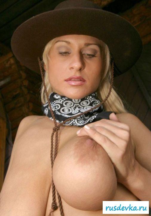 Ковбойша сняла всю одежду на ранчо