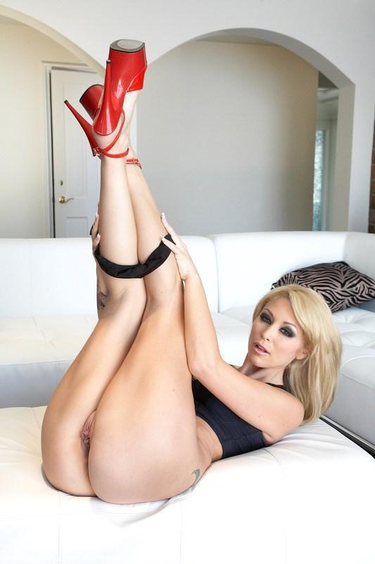 Изящная блондиночка с чрезвычайно накачанным торсом Моник Александер снимает лифчик посреди комнаты