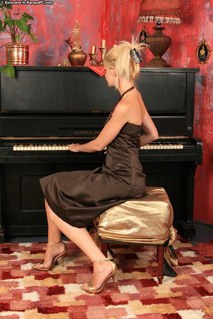 Симпатичная блондинка-подросток Samantha Heat забавляется на пианино и возбуждено снимает трусики