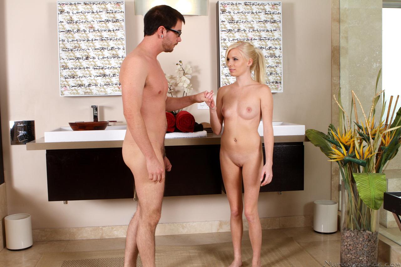 Милашка-блондинка Kyleigh Ann делает самый страстный оральный массаж за всю историю