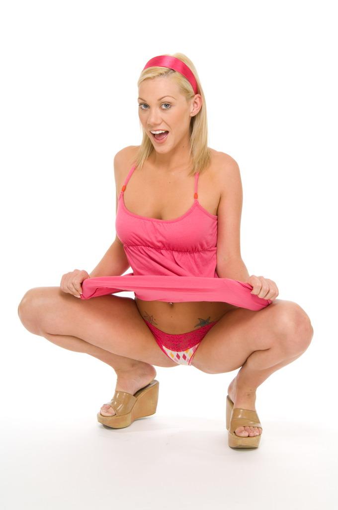 Мило выглядящая блондинка Samantha Sin спускает розовое платье и белье