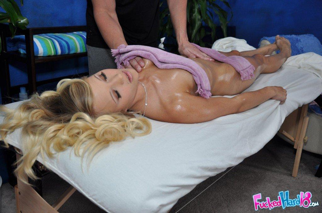Совершеннолетняя светлая порноактриса со красивой сракой вся в массажном масле Teagan Summers занимается сексом в свою гладкую вульву в массажном салоне
