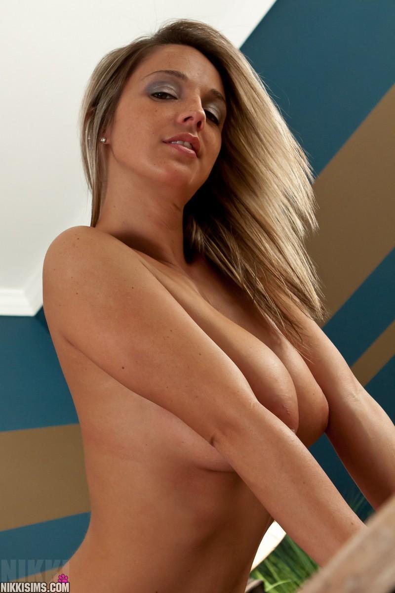 Никки Симс – возбужденная блондиночка, которая возбудит каждого своими большим бюстом и возбуждающими изгибами