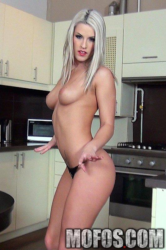 Платиновая светлая порноактриса Бланш Брэдберри сношается с хером в домашних условиях и принимает кончу на свое туловище