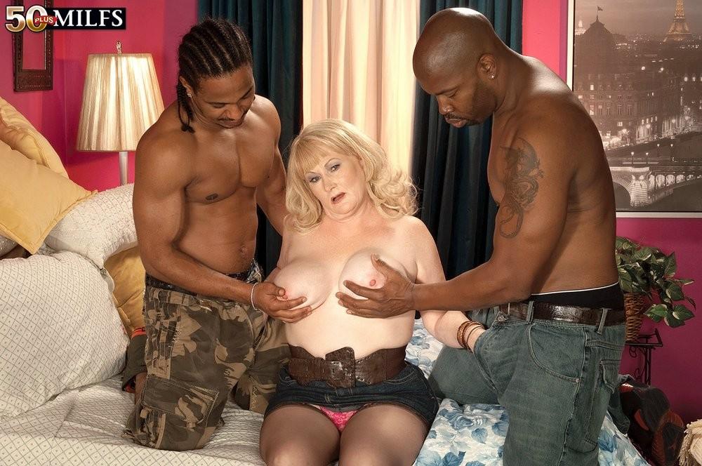 Возрастная полненькая светлая порноактриса и два черных члена