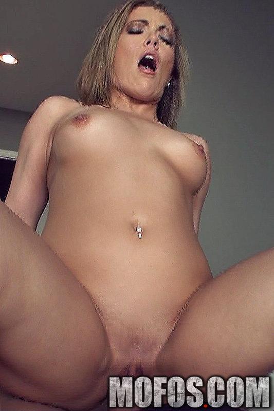 Распущенная блондиночка Carmen Valentina грубо оттрахана и покрыта кончей