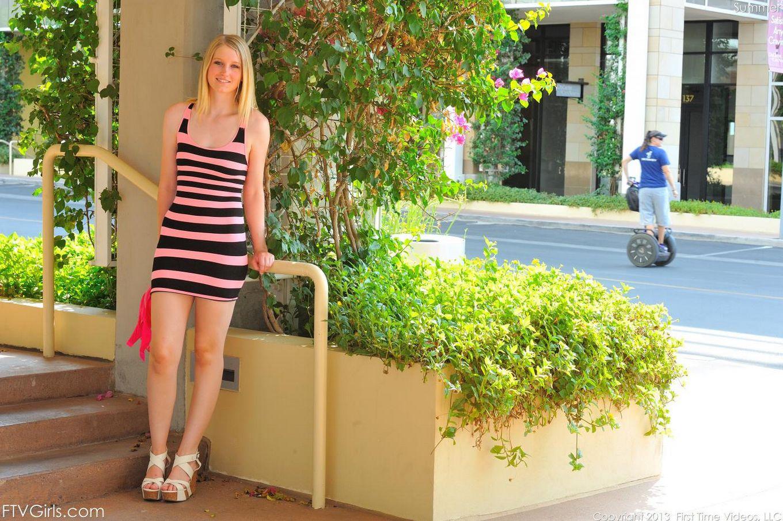 Ласковая светлая порноактриса Summer FTV приподнимает узкое платье в людных местах и демонстрирует груди и сраку
