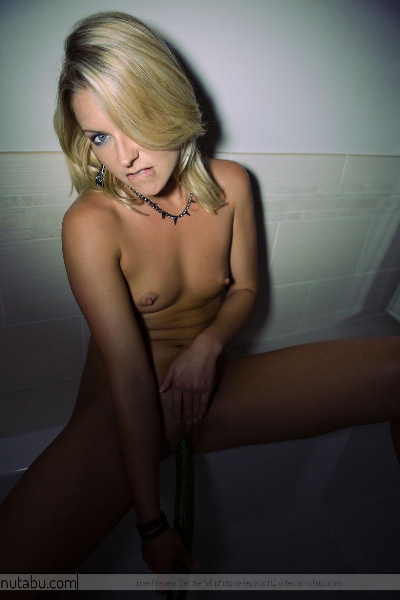 Нежная блондиночка Лена Николь порет свою ухоженную вульву большой игрушкой