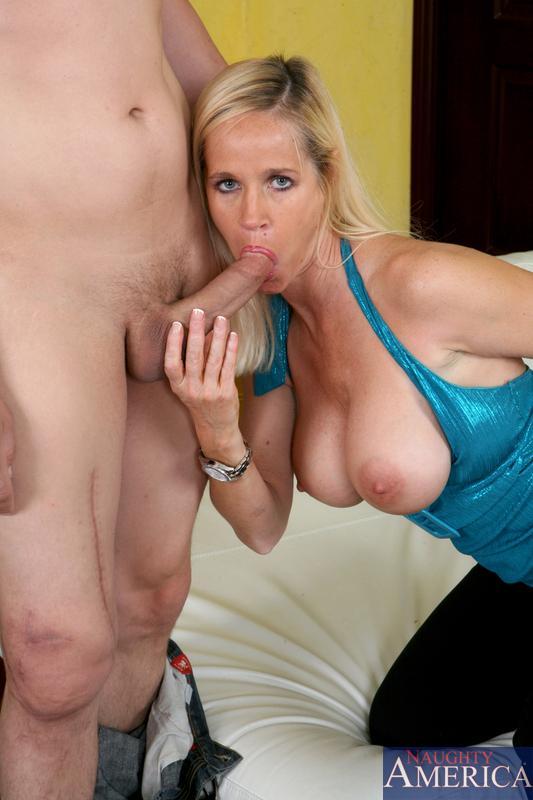 Сиськатая светлая порноактриса Totally Tabitha обнажает нежное туловище и ебётся в возбужденную жопу