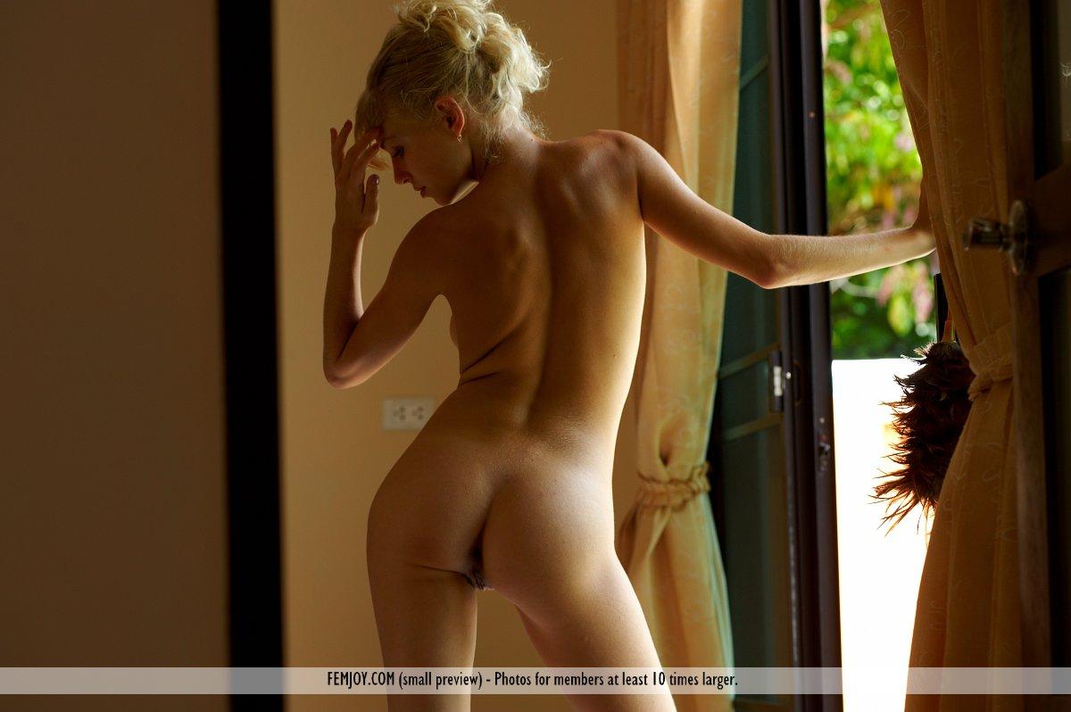 Знойная блондиночка Veta A раскрывает половые губы и щекочет вставший секель
