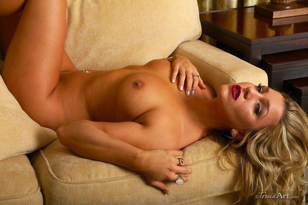 Откровенная светлая порноактриса Embry Prada снимает лифчик и теребит свою большие дойки