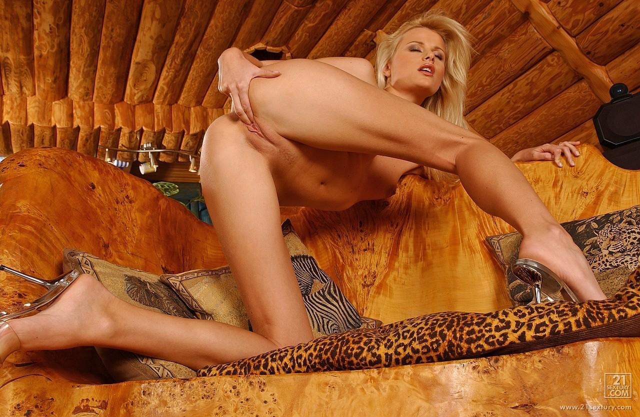 Грациозная блондинка-соблазнительница Sophie Paris снимает одежду до гола, занимается любовью с резиновым, черным хером
