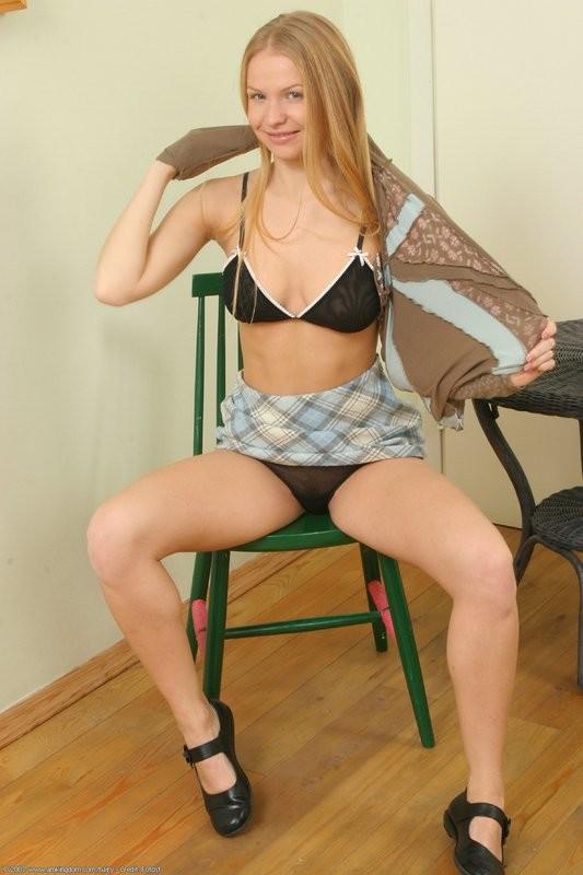 Опытная блонди с небритой пиздой