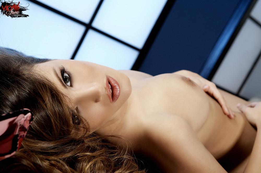 Безупречная, большегрудая сучка Andie Valentino снимает свое белье и массирует манду прямо на камеру, для тебя