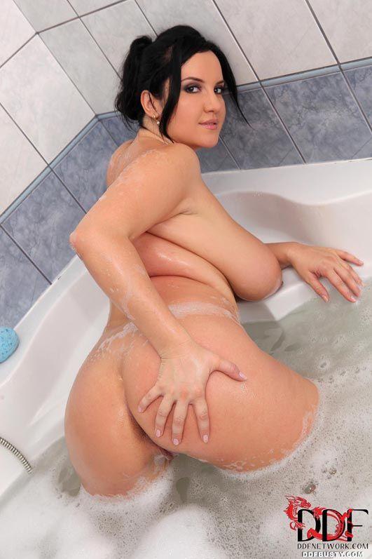 Темненькая девушка Roxana DDF принимает душ и демонстрирует свои большие сисяндры и спелую вульву